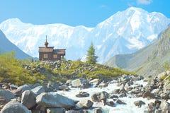 Capilla en el fondo de picos nevosos Imagenes de archivo