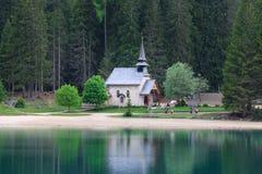 Capilla en el lago Braies Foto de archivo libre de regalías