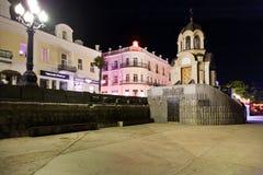 Capilla en el muelle en la ciudad de Yalta en noche Foto de archivo libre de regalías