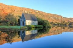 Capilla en Gougane Barra en la salida del sol en Irlanda. Foto de archivo