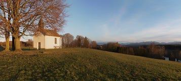 Capilla en la colina - lugar recreativo con la opinión a las FO bávaras foto de archivo