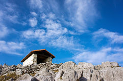 Capilla en montaña Foto de archivo libre de regalías