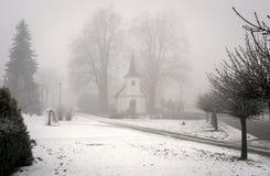 Capilla en niebla del invierno foto de archivo libre de regalías