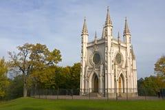 Capilla gótica en el parque de Alexandría, otoño, Peterhof Imagen de archivo libre de regalías