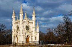Capilla gótica en peterhof Parque Alexandría St Petersburg ru fotografía de archivo