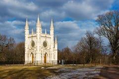 Capilla gótica en peterhof Parque Alexandría St Petersburg ru fotos de archivo libres de regalías