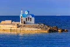 Capilla hermosa en la costa de Kato Galatas en Creta Imagenes de archivo