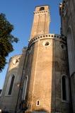 Capilla lateral y campanario de la catedral en el inVeneto de la sol en Padua (Italia) foto de archivo