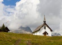Capilla llana blanca de la montaña imágenes de archivo libres de regalías