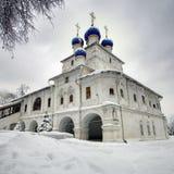 Capilla ortodoxa en el fondo de skyes nublados Fotografía de archivo