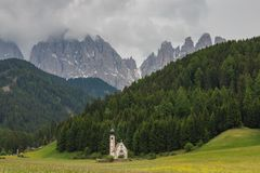 Capilla pintoresca en St Magdalena, valle de Funes, Italia Fotos de archivo