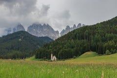 Capilla pintoresca en St Magdalena, valle de Funes, Italia Imagenes de archivo