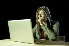 Capilla que lleva de la mujer adolescente atractiva joven en cortar concepto cibernético del crimen de la ciberdelincuencia del o Fotos de archivo libres de regalías