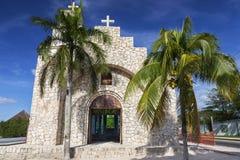 Capilla Santa Cruz Catholic Church e palme su lungomare di Cozumel fotografia stock libera da diritti
