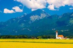 Capilla vieja en el campo con las montañas en el fondo Imágenes de archivo libres de regalías