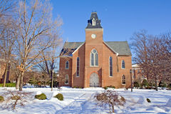 Capilla vieja en un campus de la universidad en invierno Fotos de archivo
