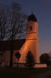 Capilla y árbol de navidad iluminados Foto de archivo