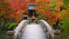 Capilla y puente de Eikando con follaje del otoño Imagen de archivo libre de regalías