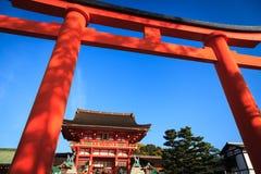 Capilla y rojo Torii de Fushimi Inari Imágenes de archivo libres de regalías