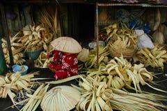 Caping machend, nannte Tanggui traditionellen Banjar-Hut, lizenzfreie stockfotos