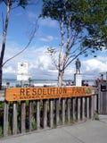 Capitán de bronce Cook Monument que mira hacia fuera al mar situado en el parque de la resolución, Anchorage Imágenes de archivo libres de regalías
