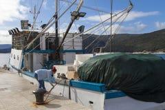 Capitán de la mujer que ata el barco de pesca Imágenes de archivo libres de regalías