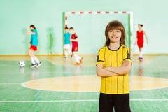 Capitán feliz del fútbol en gimnasio durante el entrenamiento Fotografía de archivo libre de regalías