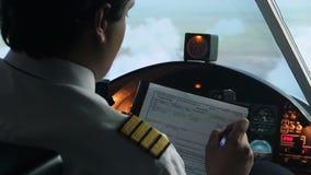 Capitán plano que anota el plan de la información en vuelo, piloto automático, transporte metrajes