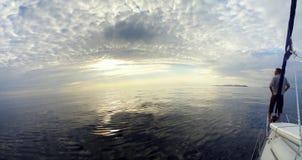 Capitão que relaxa no barco Imagens de Stock