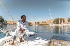 Capitão Sailing de Feluccas seu barco no Nilo perto de Aswan Egito imagens de stock