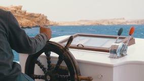 Capit?o no volante de um barco de prazer O capit?o controla o iate do mar vídeos de arquivo