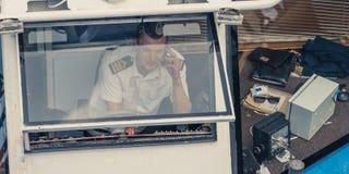 Capitaine d'une embarcation de plaisance photo libre de droits