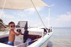 Capitaine de bébé sur le yacht Images libres de droits