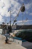 Capitaine de femme attachant le bateau de pêche Photos stock