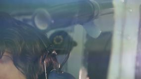 Capitaine fatigué d'information de transmission d'avion de ligne à l'expéditeur par la radio clips vidéos