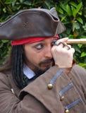Capitaine Jack Sparrow Pairs de Cosplayer par le télescope photographie stock libre de droits