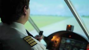 Capitaine plat sûr orientant avec succès les avions, décollage de piste clips vidéos