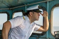 Capitaine se tenant dans la timonerie photo stock
