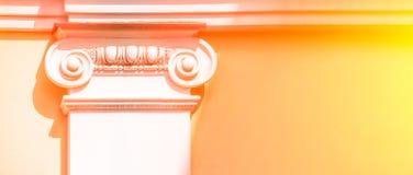 Capital blanc en haut de la colonne Bel ?l?ment architectural Ordre corinthien La partie sup?rieure de la colonne photo libre de droits