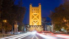 Capital Califórnia S do centro do Rio Sacramento da ponte da torre foto de stock