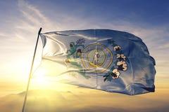 Capital da cidade de Colômbia de South Carolina da tela de pano de matéria têxtil da bandeira do Estados Unidos que acena na névo fotografia de stock royalty free
