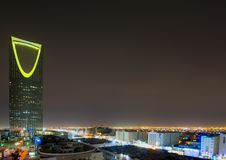 Capital da cidade de Riyadh da skyline de Arábia Saudita na noite fotos de stock royalty free