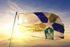 Capital da cidade de Salem de Oregon da tela de pano de matéria têxtil da bandeira do Estados Unidos que acena na névoa superior  foto de stock royalty free