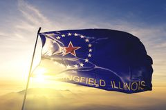 Capital da cidade de Springfield de Illinois da tela de pano de matéria têxtil da bandeira do Estados Unidos que acena na névoa s fotografia de stock