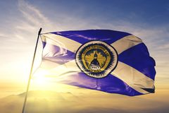 Capital da cidade de Tallahassee de Florida da tela de pano de matéria têxtil da bandeira do Estados Unidos que acena na névoa su imagem de stock