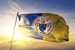 Capital da cidade de Trenton de New-jersey da tela de pano de matéria têxtil da bandeira do Estados Unidos que acena na névoa sup imagens de stock royalty free