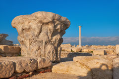 Capital da coluna antiga no local arqueológico de Kourion em Cypr imagem de stock