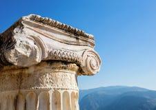 Capital da coluna Ionian da ordem em Delphi antigo foto de stock