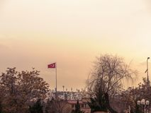 Capital de Ankara del pavo y de las opiniones con la bandera turca fotografía de archivo libre de regalías