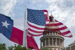 Capital de estado de Texas e bandeiras de ondulação fotos de stock royalty free